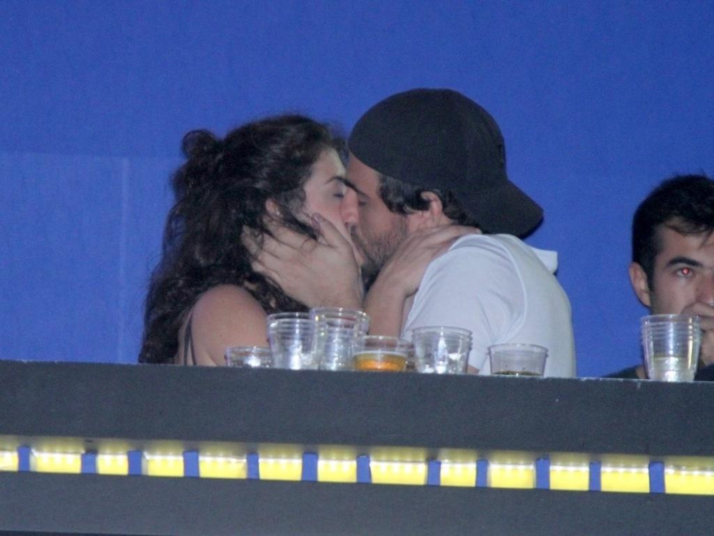 Alinne Morais e Felipe Simão curtem o último dia do Rock In Rio em clima de romance (2/10/11)