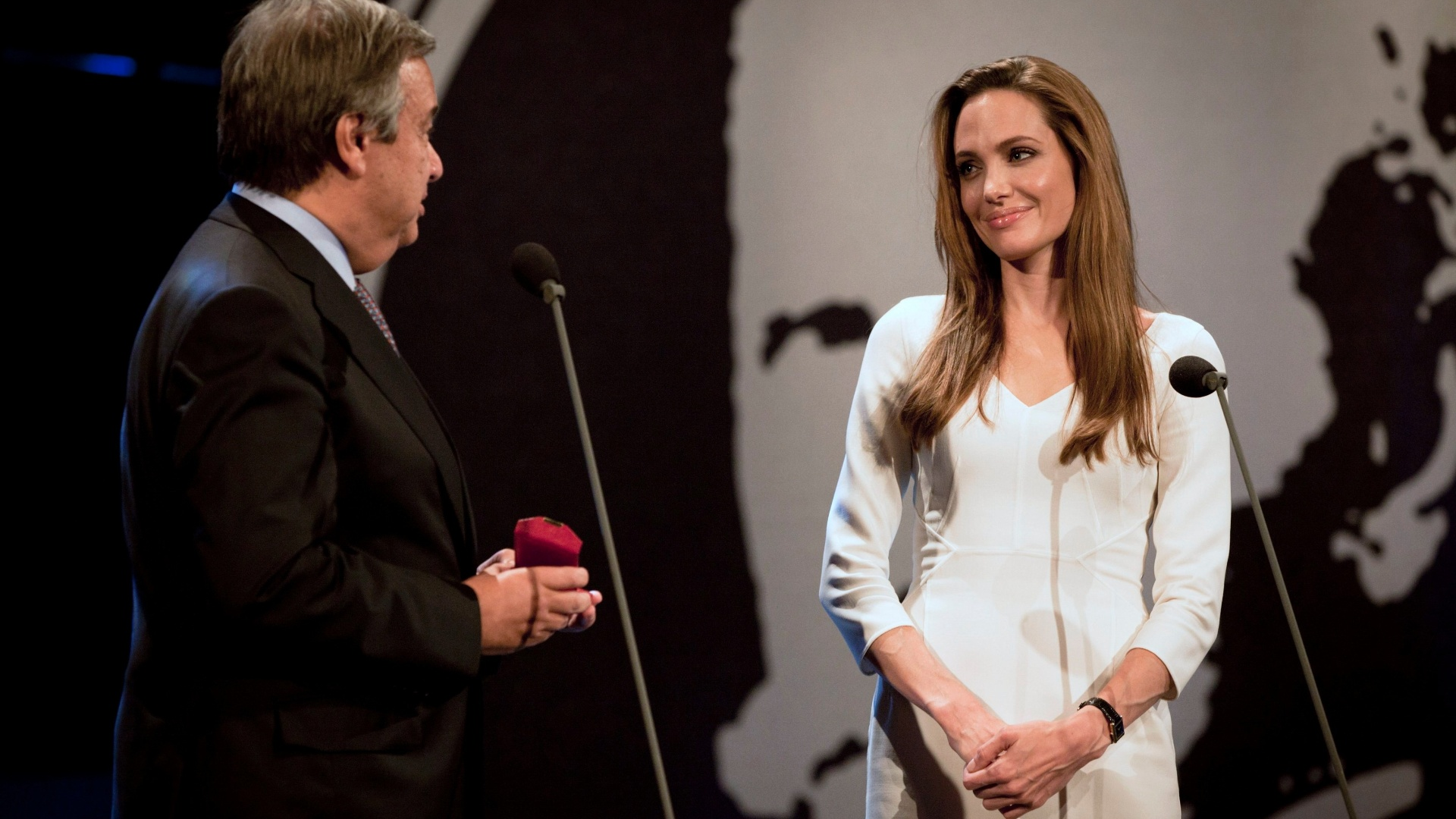 Embaixadora da boa vontade da ONU (Organização das Nações Unidas), a atriz Angelina Jolie esteve na entrega do prêmio Nansen para a Yemen's Society for Humanitarian Solidarity (3/10/2011)