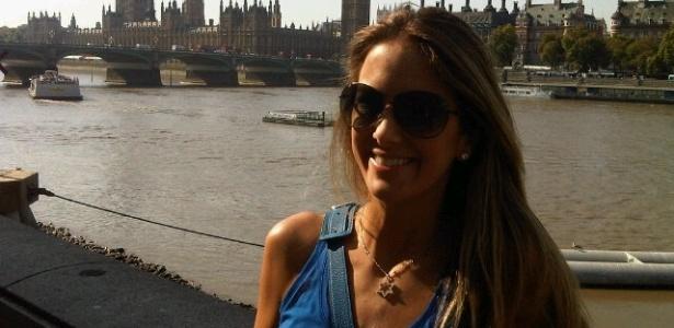 Sem a filha Rafaela e o marido Roberto Justus por perto, Ticiane Pinheiro aproveita para passear em Londres (3/10/11)