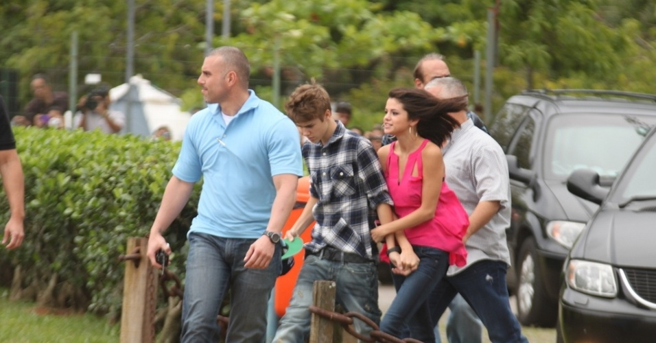 Acompanhado da namorada Selena Gomez, Justin Bieber chega ao heliponto na Lagoa, de onde partem os helicpteros para a visitao ao Cristo Redentor, no Rio (4/10/2011)