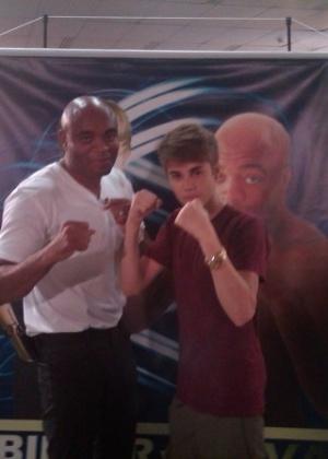 Antes do show, Justin Bieber posa com Anderson Silva nos camarins do Engenhão (5/10/2011)