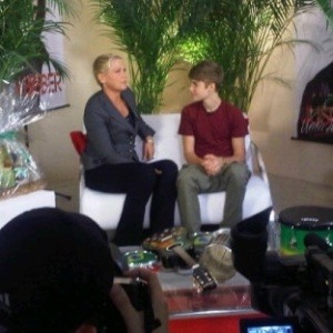 Justin Bieber d entrevista para Xuxa, nos camarins do Engenho, no Rio, antes de se apresentar pela primeira vez no Brasil, na tarde desta quarta-feira (5/10/2011). 