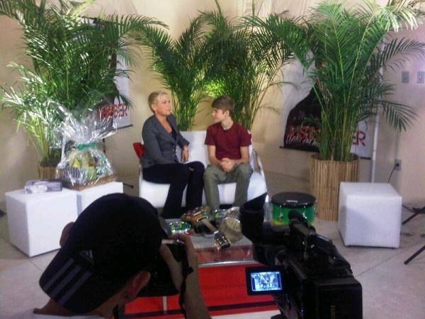 Justin Bieber dá entrevista para Xuxa, nos camarins do Engenhão, no Rio, antes de se apresentar pela primeira vez no Brasil, na tarde desta quarta-feira (5/10/2011).
