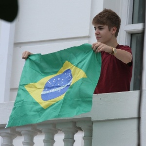 Justin Bieber segura bandeira do Brasil na sacada de hotel em Copacabana (5/10/2011)