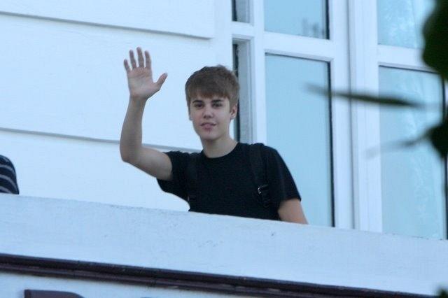 Justin Bieber acena para os fãs na sacada do Copacabana Palace