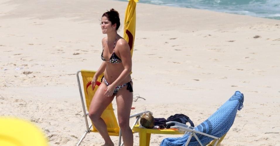 Samara Felippo passa o dia na praia da Reserva, no Rio de Janeiro (06/10/2011)