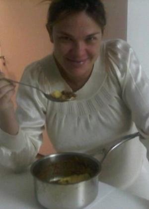 Em foto publicada em seu Twitter, Letícia Birkheuer come polenta feita por sua mãe (6/10/2011)