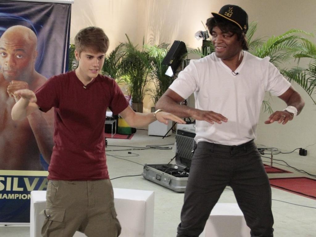 Justin Bieber e Anderson Silva dançam juntos nos camarins do show do cantor, no Engenhão, Rio (5/10/2011)