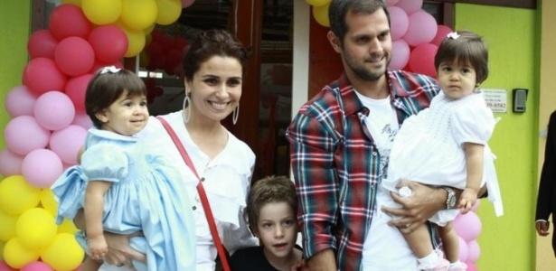 Giovanna Antonelli, o marido Leonardo, as filhas gêmeas Antonia e Sofia, e Pietro, filho de Antonelli com Murilo Benício, posam para foto em buffet no Rio (9/10/11)