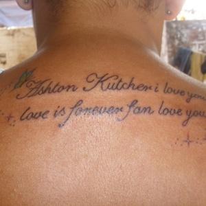 Fã brasileira faz tatuagem em homenagem a Ashton Kutcher