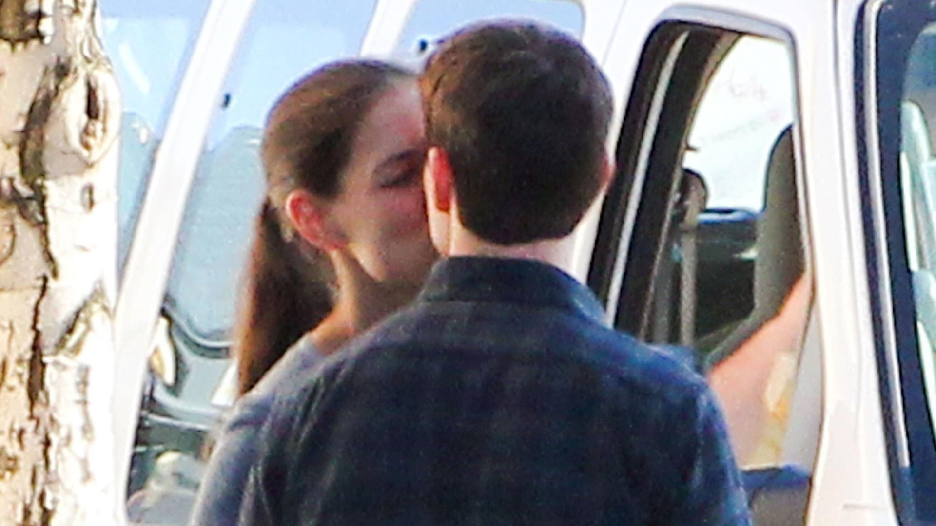 Katie Holmes visita Tom Cruise no set de filmagem e aproveita para namorar (7/10/2011)