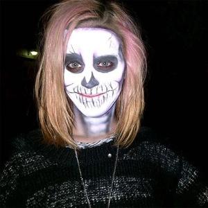 Katy Perry pinta rosto de caveira para festa à fantasia