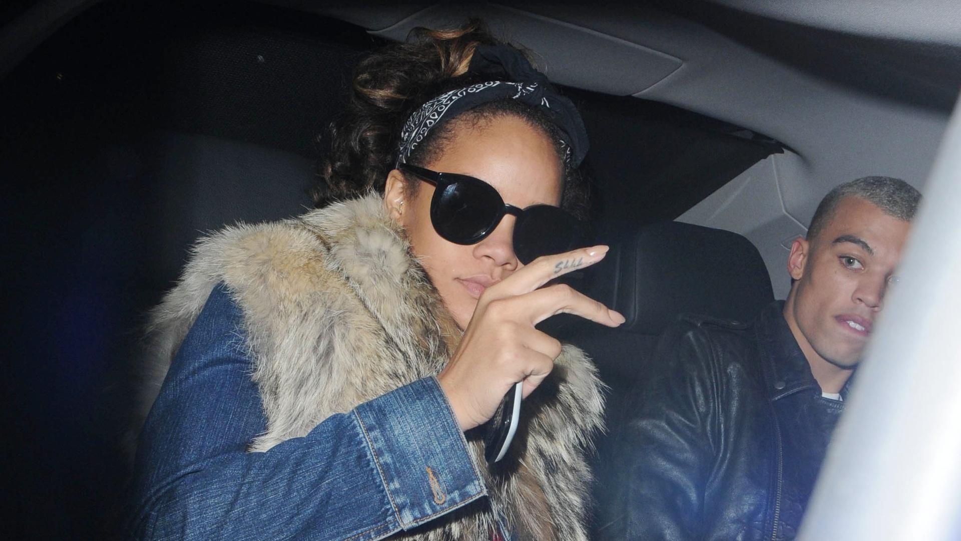 Rihanna e o ex-boxeador e agora modelo Dudley O'Shaughnessy saindo de uma balada em Londres (7/10/2011)