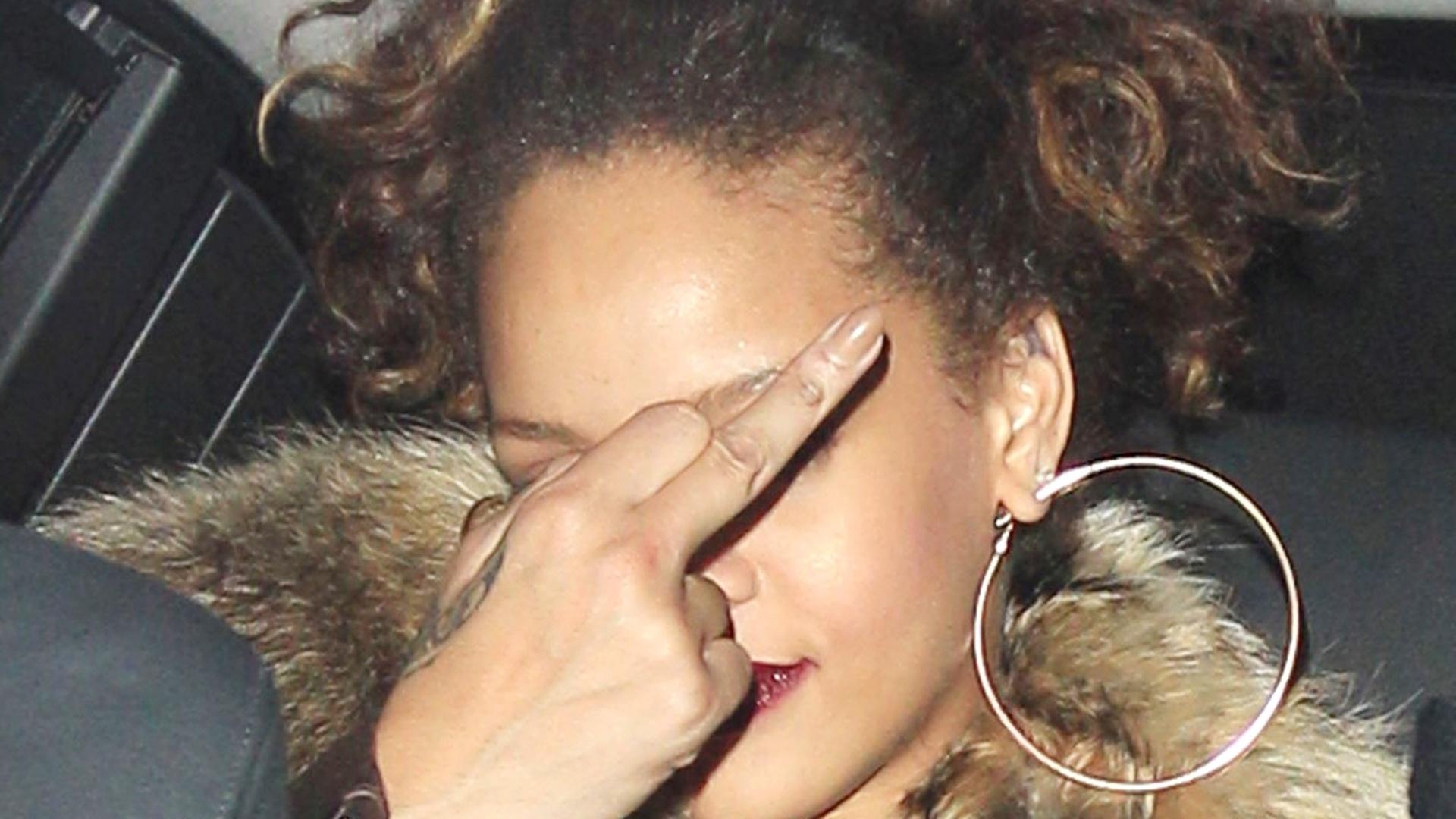Após ser multada, Rihanna se irrita e mostra o dedo do meio para fotógrafos (12/10/2011)