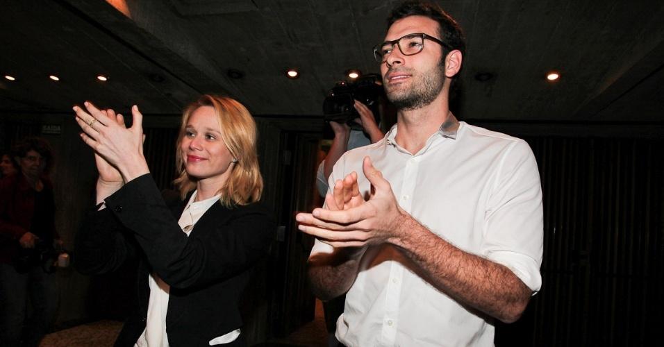 A atriz Mariana Ximenes vai com o novo namorado, o publicitário Lucas Mello, à estreia da peça