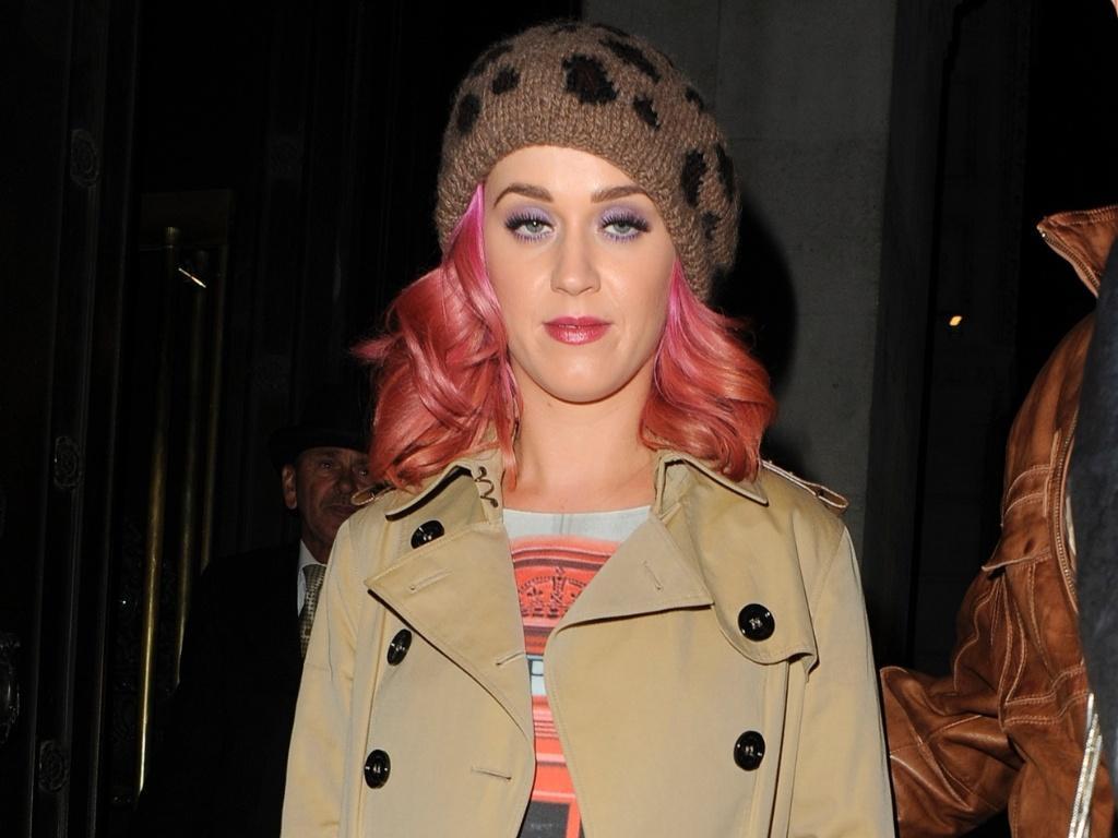 Com fisionomia cansada, Katy Perry distribui autógrafos aos fãs (13/10/2011)
