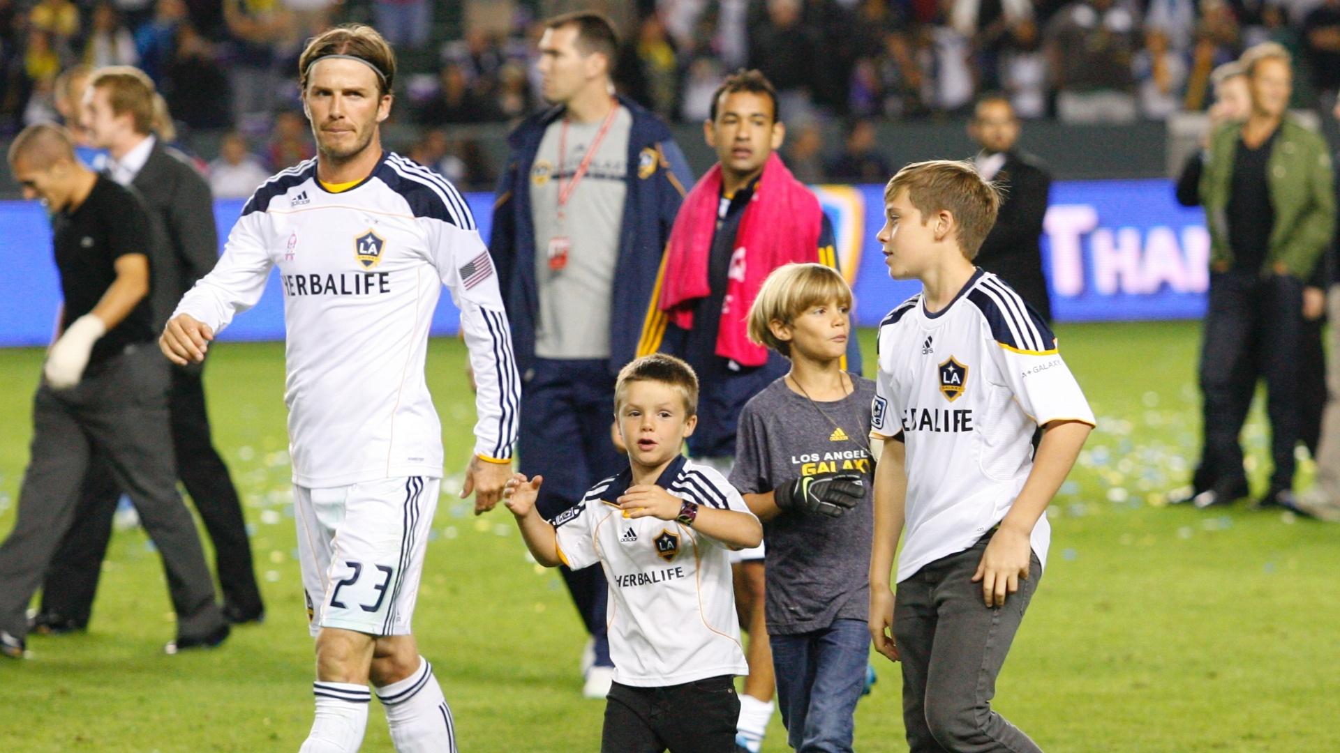 David Beckham desfila com os filhos pelo estádio (16/10/2011)