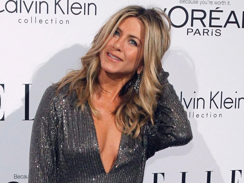 Com decote generoso, Jennifer Aniston vai  festa de revista  (17/10/2011)