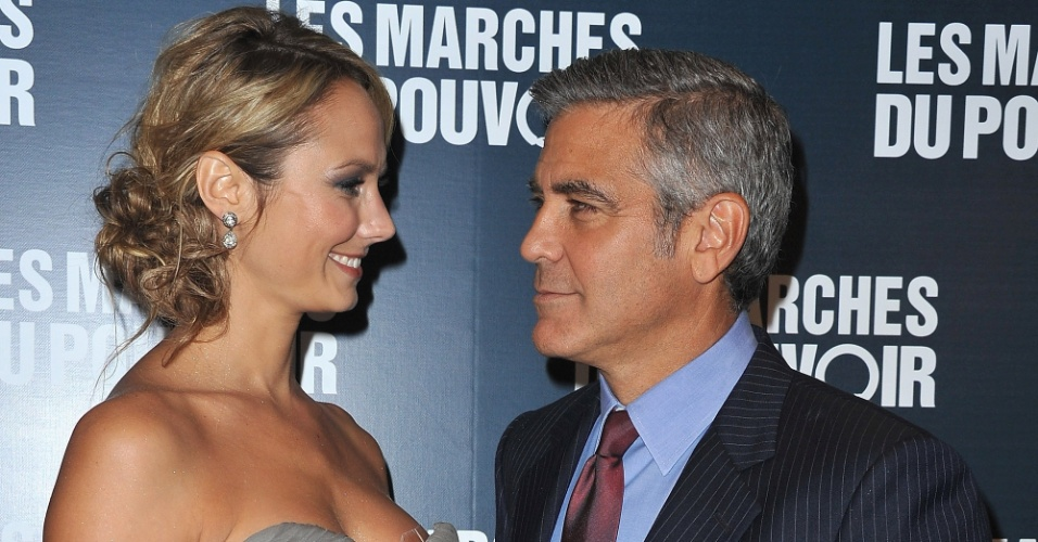 George Clooney e a namorada Stacy Keibler vo  estreia do filme 