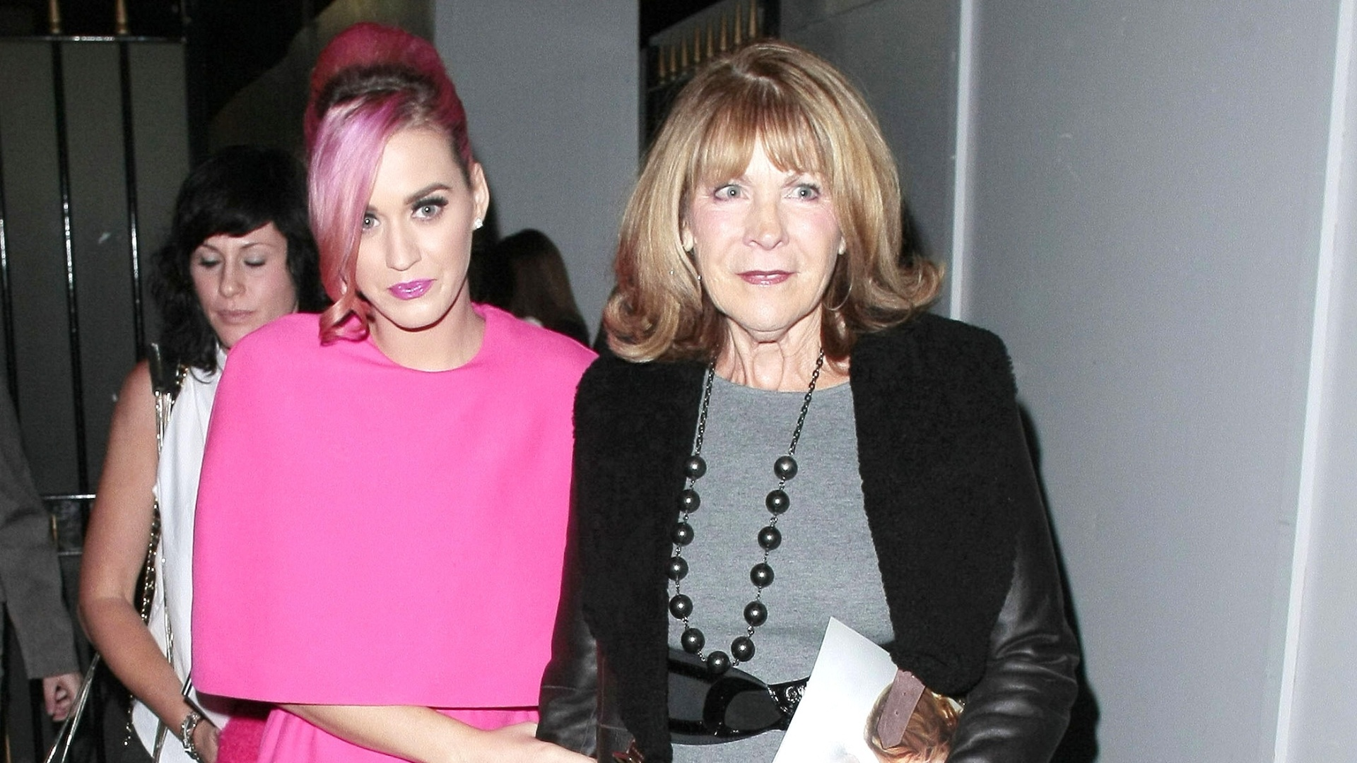 Katy Perry e a sogra assistem musical em Londres (17/10/2011)
