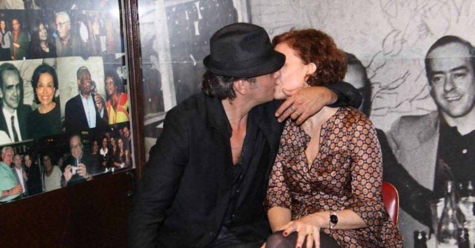 Alexandre Borges ganha beijo da mulher, Julia Lemmertez, após apresentação (18/10/2011)