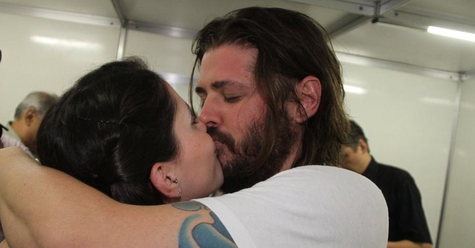Dado Dolabella ganha beijo da namorada em estreia de peça (18/10/2011)