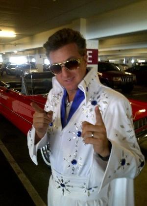 Em Las Vegas, Luciano Huck posta vestido de Elvis Presley no Twitter (19/10/11)