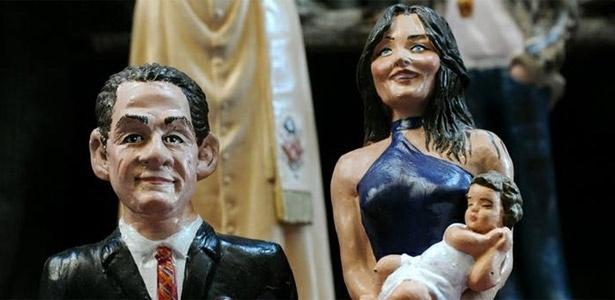 Artista italiano cria estatueta de Carla Bruni com seu bebê nos braços, acompanhada de seu marido, Nicolas Sarkozy