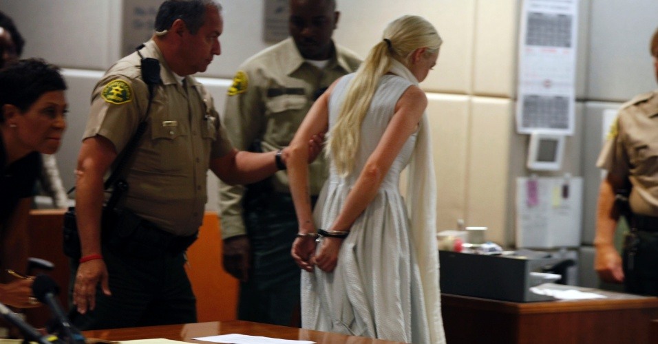 Lindsay Lohan sai algemada da corte, após ter a liberdade condicional revogada (19/10/11)