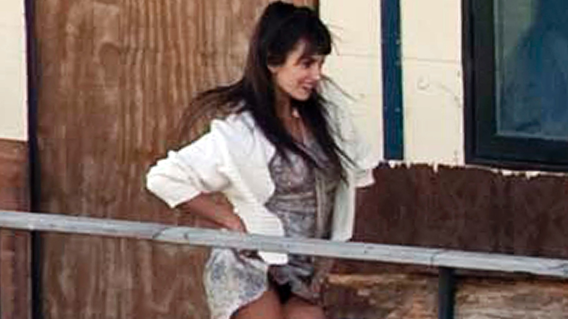 Penélope Cruz faz dança sensual e deixa calcinha à mostra (19/10/2011)