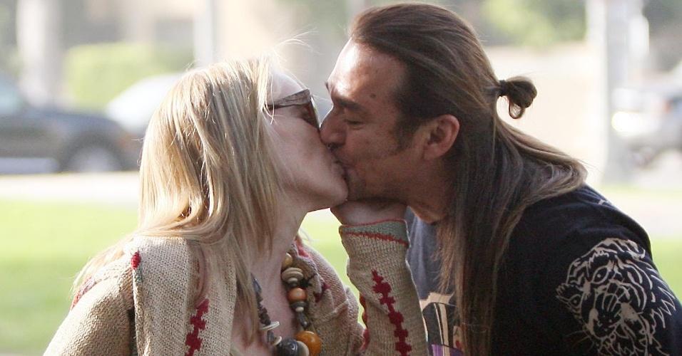 Feliz, Sharon Stone é vista aos beijos com homem moreno em Beverly Hills (20/10/2011)
