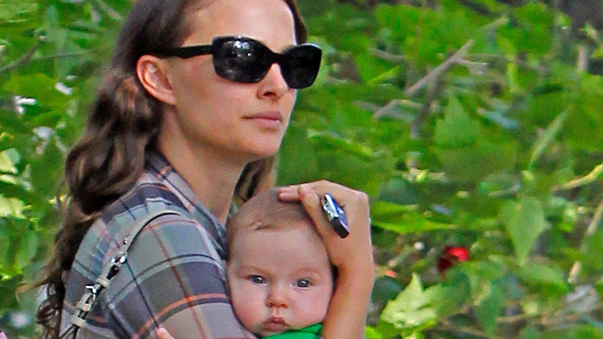 Natalie Portman passeia com o filho recém-nascido, Aleph, em Los Angeles (20/10/2011)