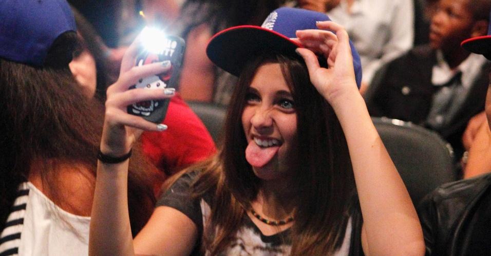 Paris Jackson, filha de Michael Jackson, revela seu lado tiete em show de Chris Brown (20/10/2011)
