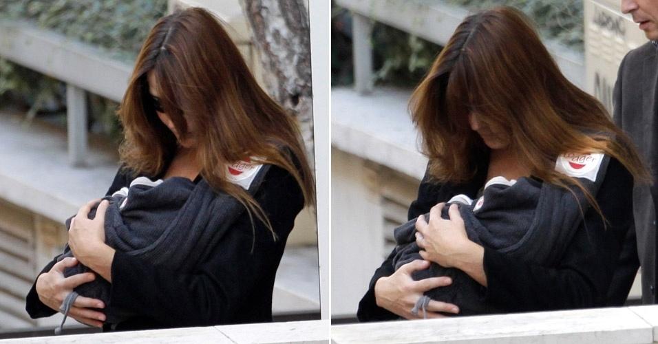 Carla Bruni deixa maternidade, em Paris, com a filha Giulia nos braços (23/10/2011)