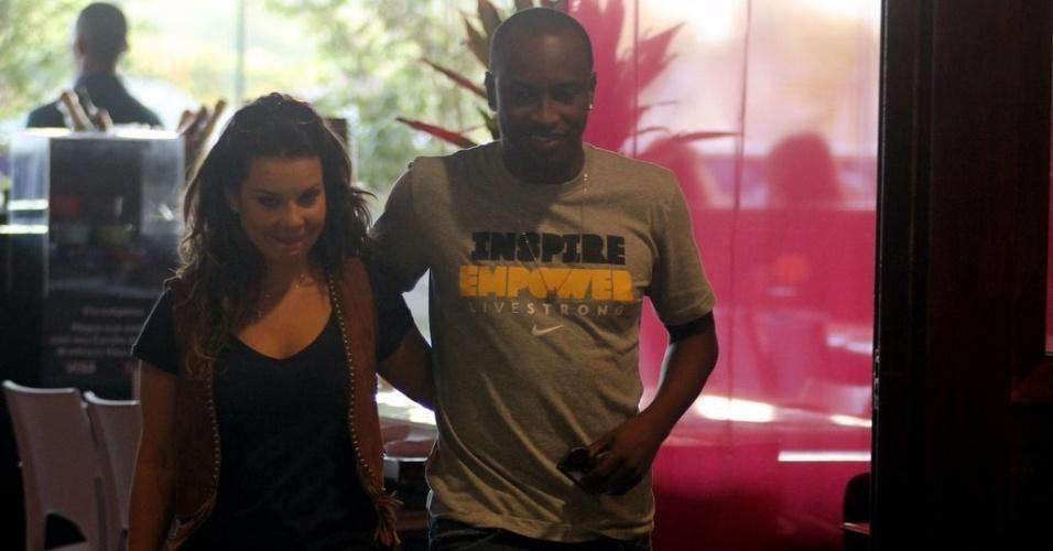 Fernanda Souza e Thiaguinho saem de restaurante no Rio de Janeiro (24/10/2011)