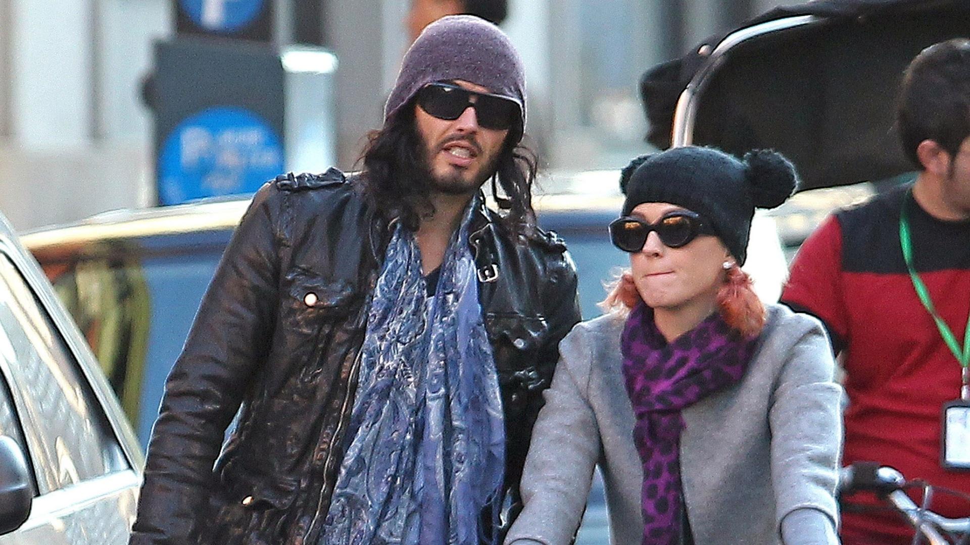 Katy Perry e o marido Russell Brand aproveitam para dar uma volta de bicicleta pelas ruas de Nova York (22/10/2011)