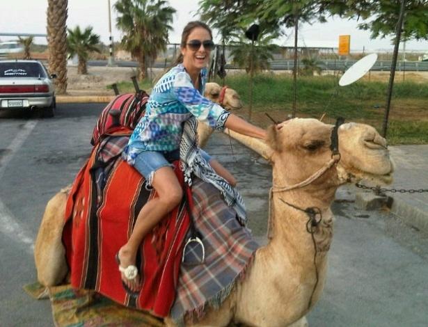 Ticiane Pinheiro anda de dromedário em Israel (24/10/2011)