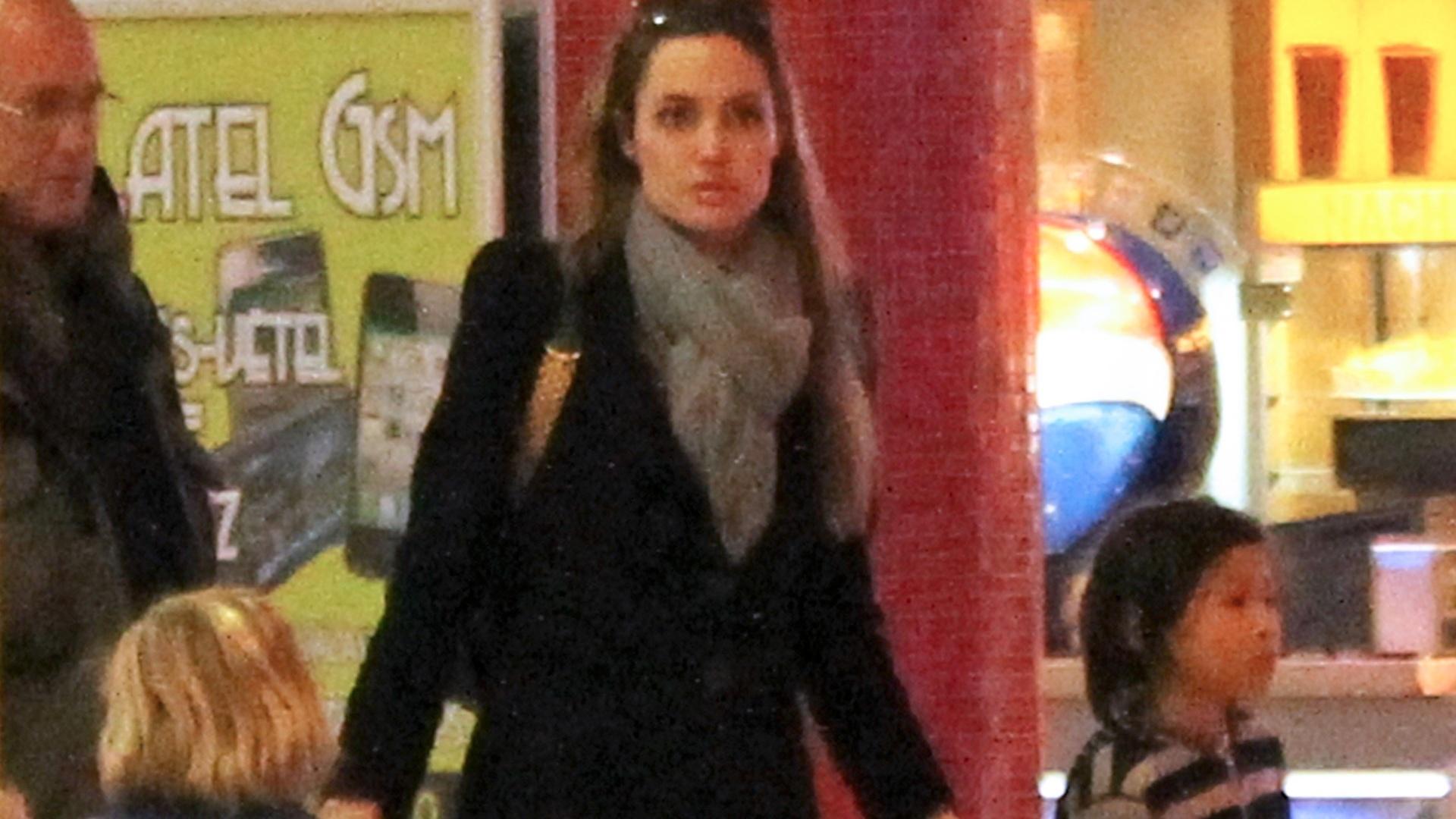 Angelina Jolie passeia com os filhos em shopping da Hungria (23/10/2011)