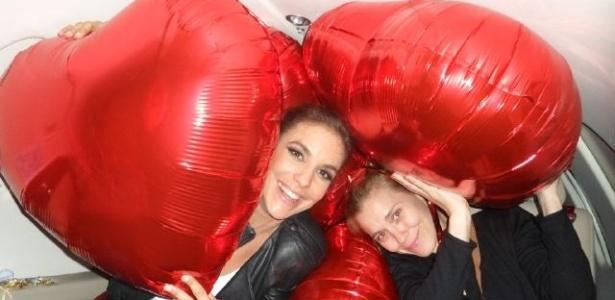 Entre balões, Carolina Dieckmann e Ivete Sangalo se divertem no jatinho da cantora (24/10/2011)