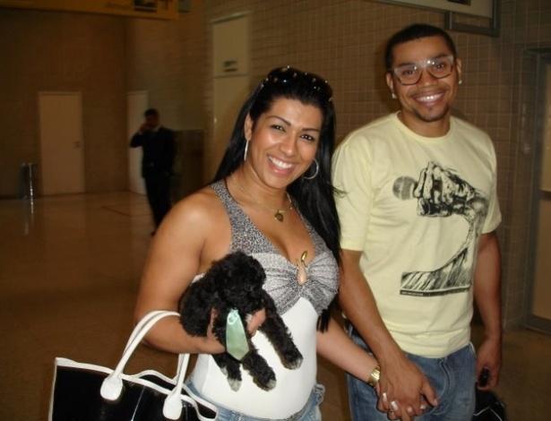 Mulher Moranguinho e Naldo circulam por aeroporto do Rio (26/10/2011)