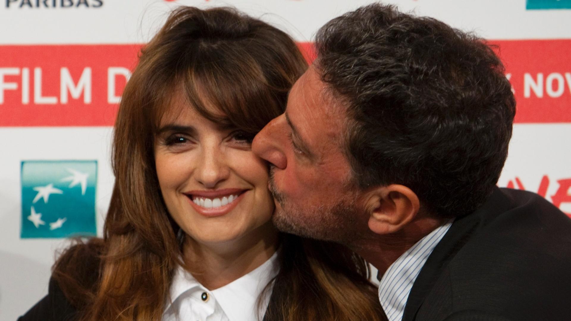 Penélope Cruz ganha beijo do diretor italiano Sergio Castellitto na pré-estreia do filme ?Venuto al Mondo