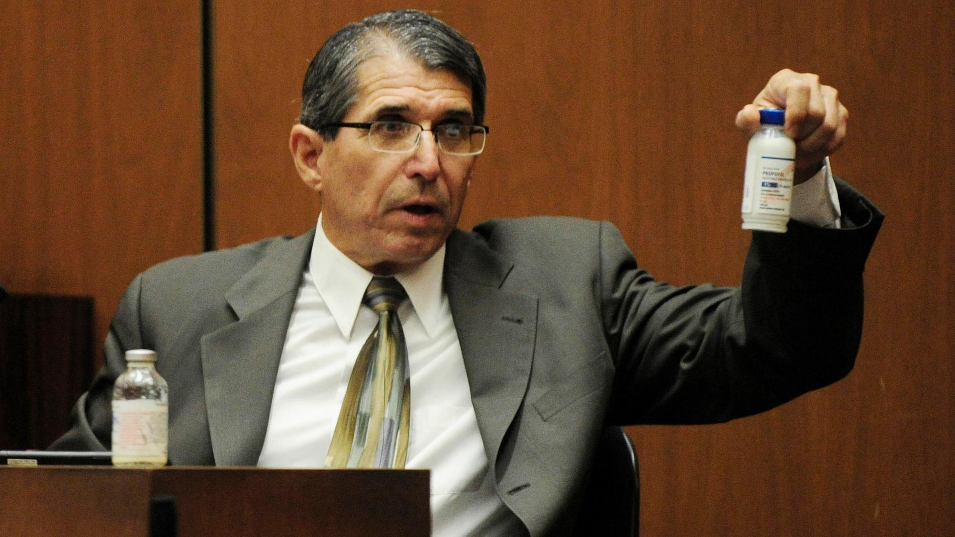 O anestesiologista Paul White, especialista em propofol, dá seu depoimento como testemunha da defesa do médico Conrad Murray no julgamento pela morte de Michael Jackson