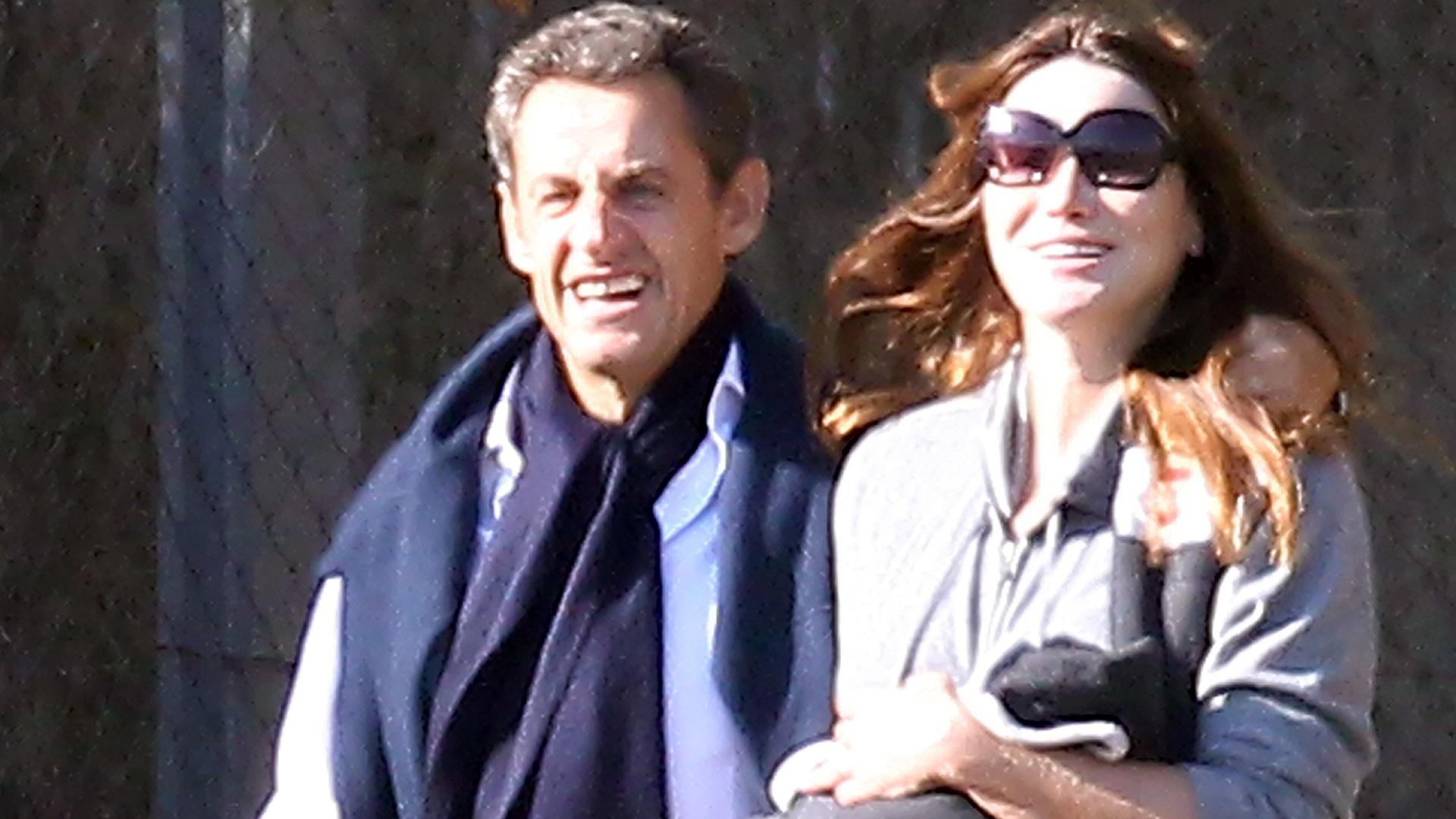 Carla Bruni e Nicolas Sarkozy mimam a pequena Giulia no primeiro passeio da garota (31/10/2011)