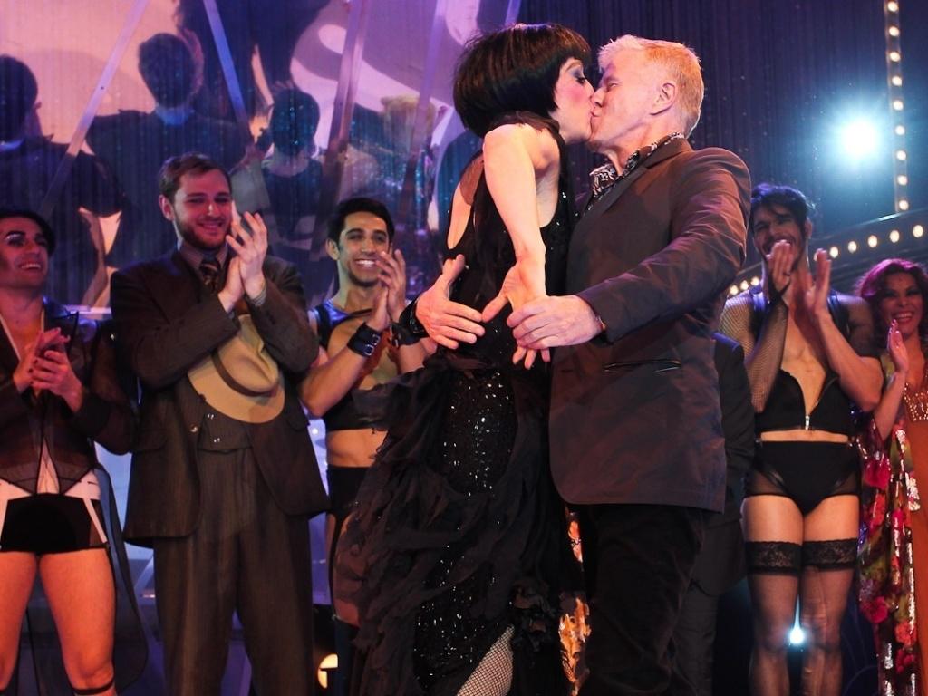 Cláudia Raia ganha selinho de Miguel Falabella na estreia de Cabaret (31/10/2011)