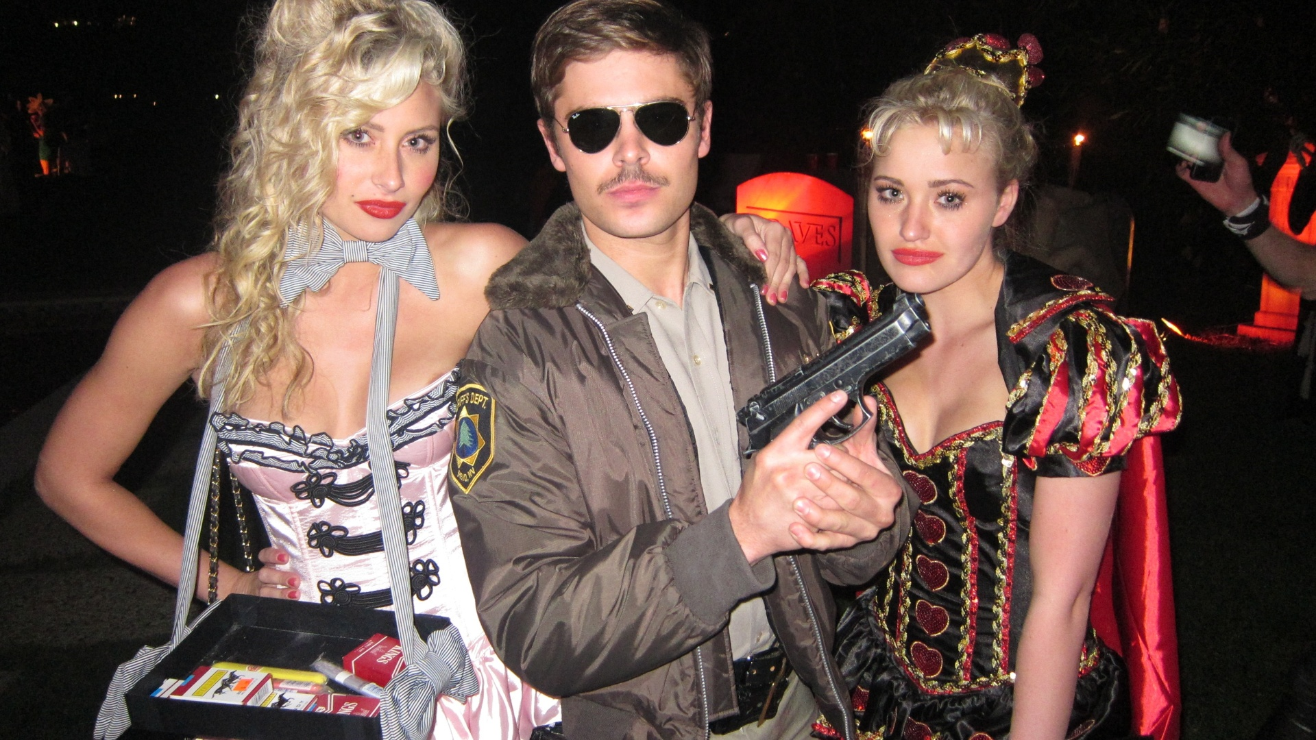 Com short coladinho, Zac Efron se fantasia de policial para festa de Halloween (31/10/2011)
