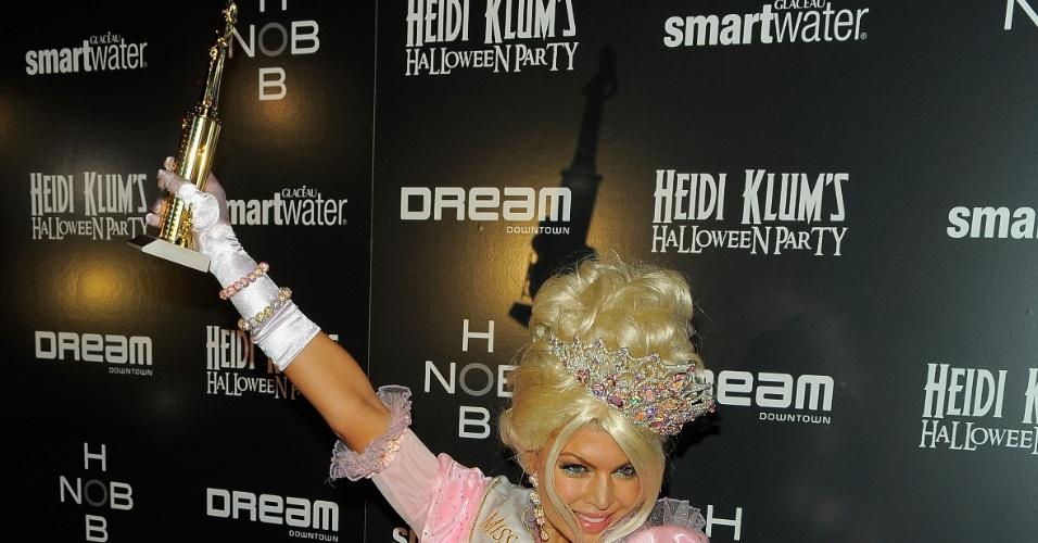 Fergie vai fantasiada de miss universo mirim à festa de Halloween (31/10/2011)