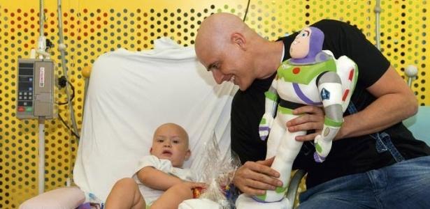 Reynaldo Gianecchini visita criança no Graac