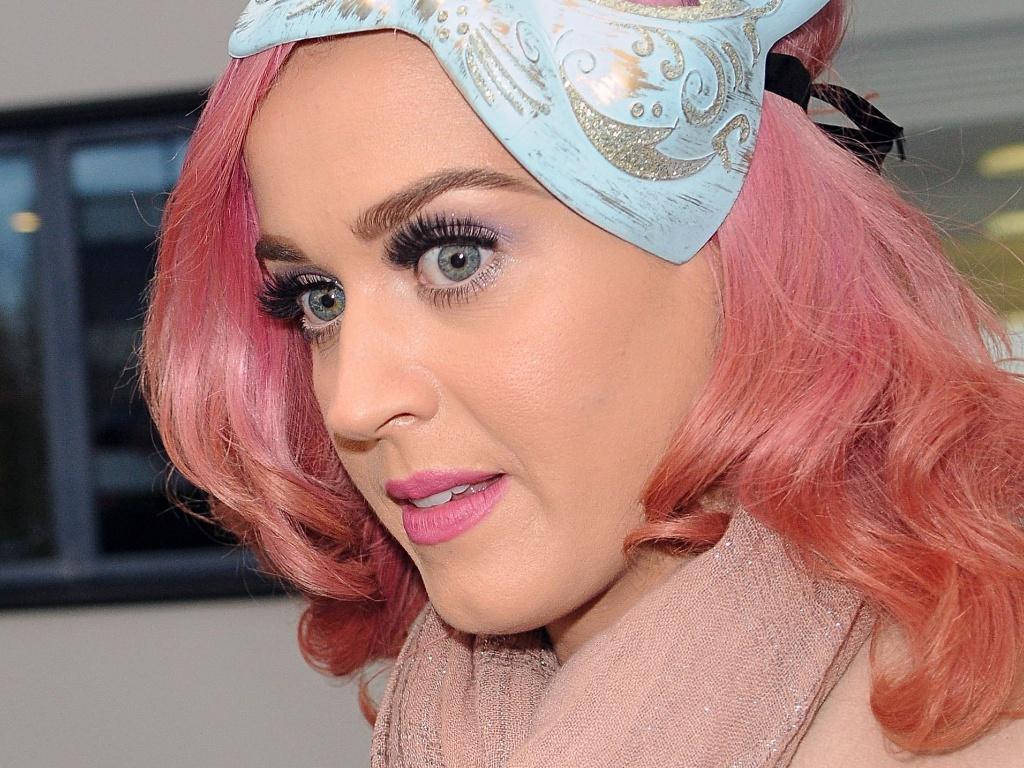 Katy Perry usa máscara de gato na cabeça para ir à rádio em Londres