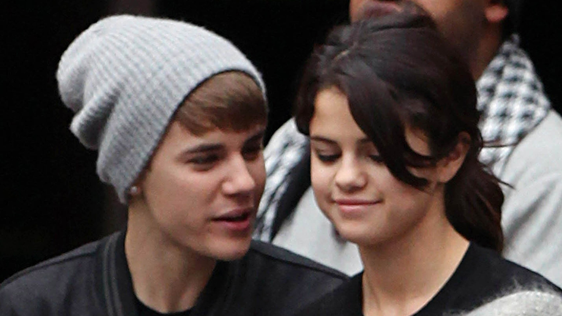 Aps apresentaes no EMA, Justin Bieber e Selena Gomez vo a estdio de futebol em Londres