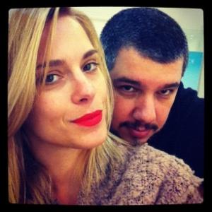 Carolina Dieckmann retoca os cabelos com Ton Reis e divulga a imagem no Twitter (7/11/2011)